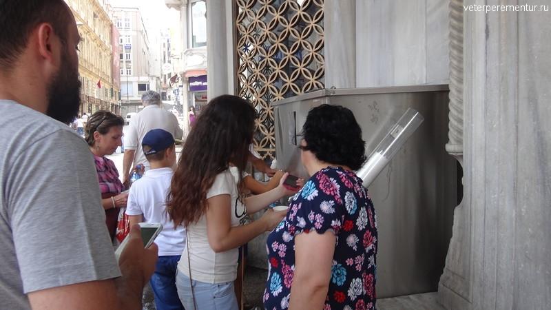 Кран с питьевой водой и стаканами, Стамбул