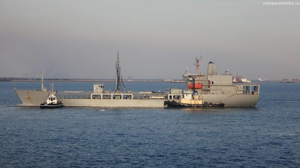 Военный корабль в порту Дарвина