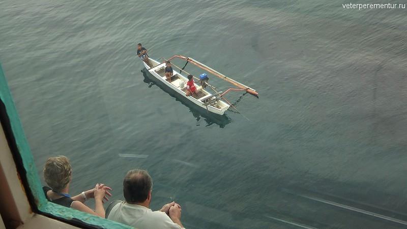 Индонезийцы подплывают к кораблю на лодках
