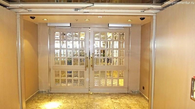 Queen Victoria, двери с фотоэлементами