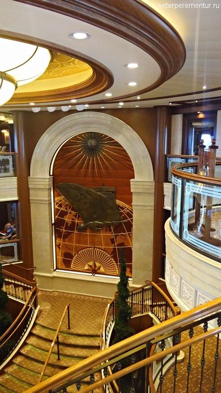 Queen Victoria, центральная лестница