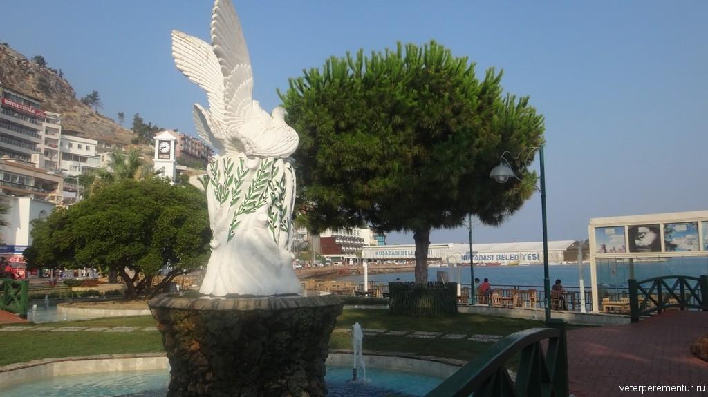 Kusadasi (Кушадасы), фонтан с голубем