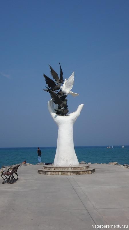 Kusadasi (Кушадасы), скульптура рука с голубями