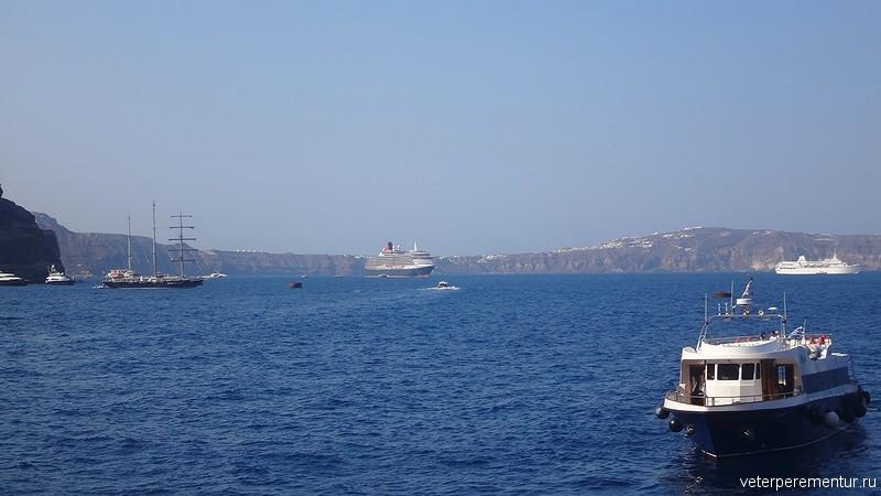Корабли рядом с островом Санторини