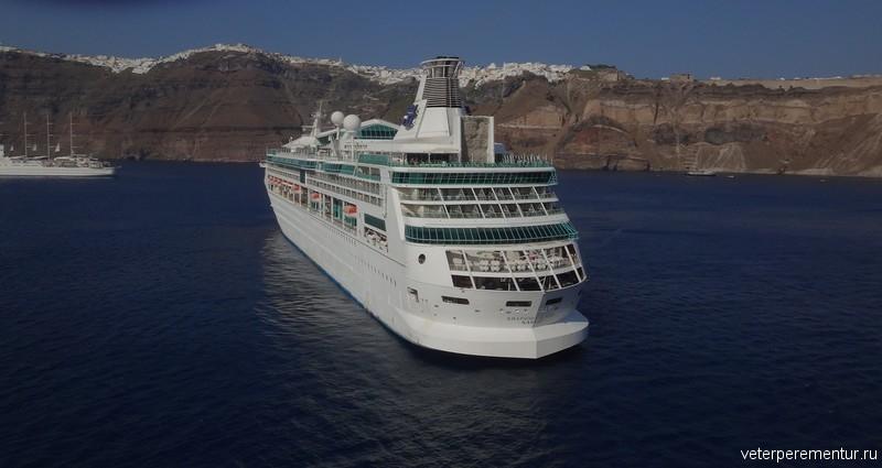 Корабль Роял Каррибиан в кальдере, Санторини