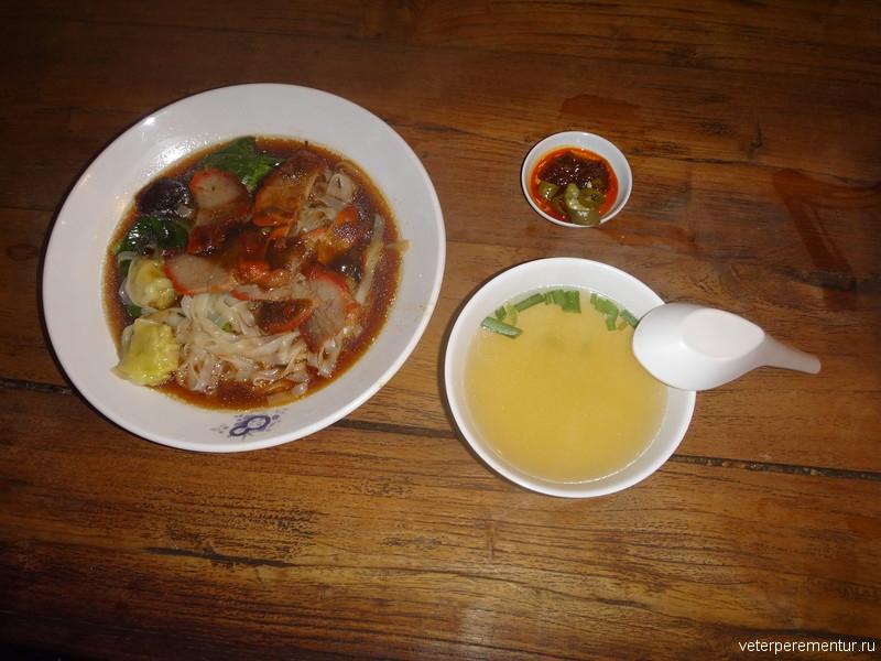 Утка в соусе с лапшой и бульон, еда в Сингапуре