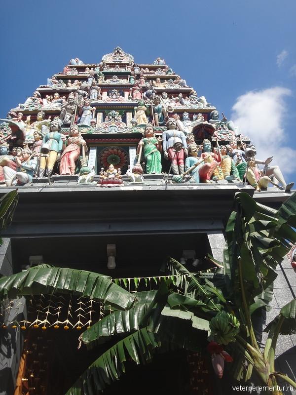 (Sri Mariamman Temple), цветущий банан