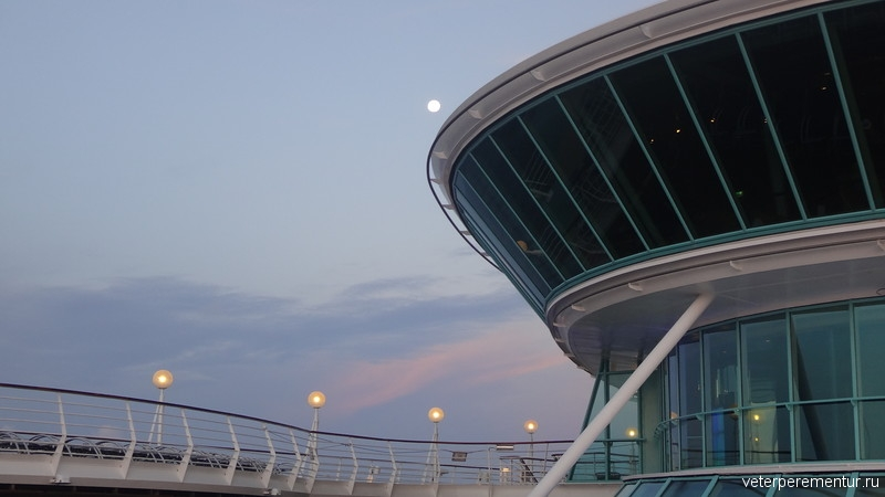Вечер в океане на борту круизного корабля