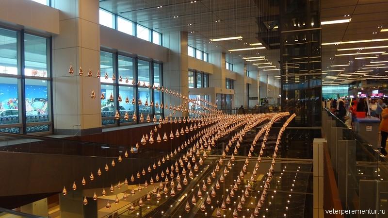 Динамический дождь в аэропорту Сингапура