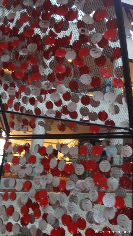 домик, к которому крепятся поздравления с 50-летием независимости Сингапура