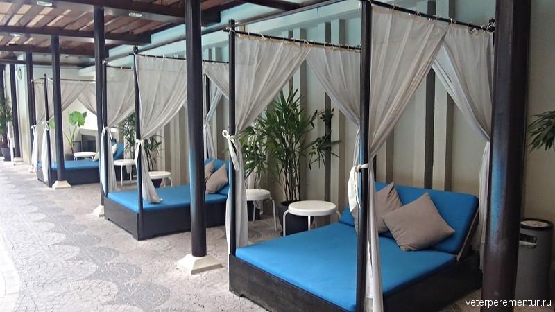 Corus Hotel Kuala Lumpur, лежаки у бассейна
