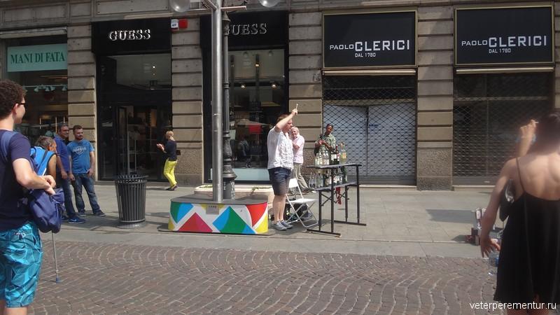 Музыкант, играющий на бутылках в Милане
