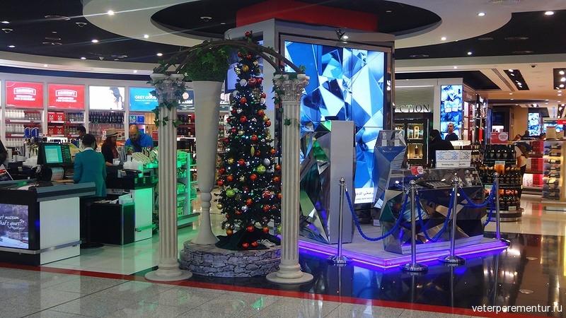 Аэропорт Дубая, новогодние украшения