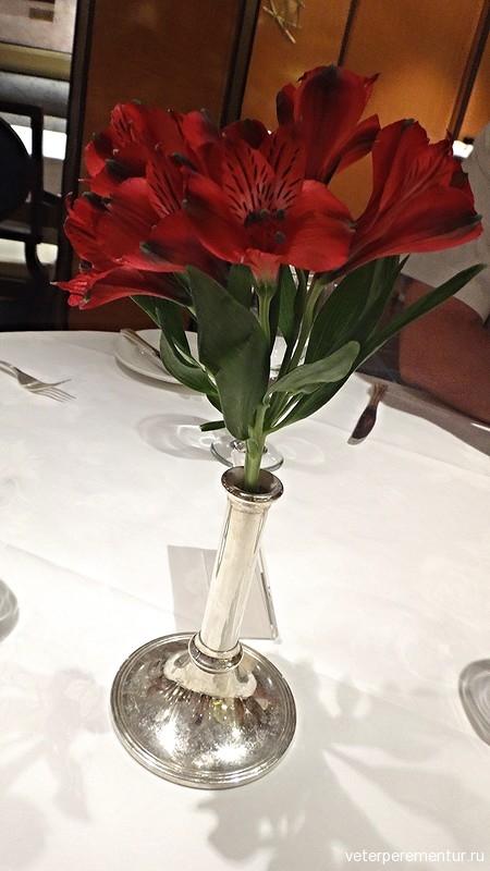 Букет на столе в ресторане на на Royal Princess
