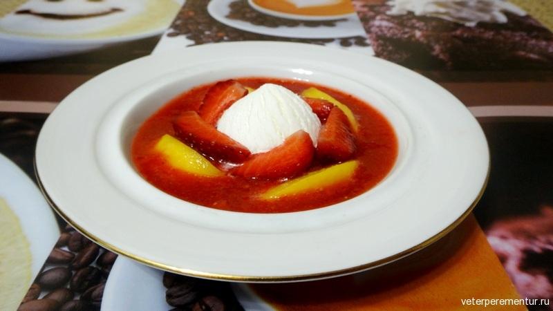 Мороженое с персиком в клубничном соусе