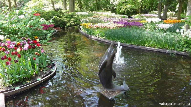 Фонтан со статуей дельфина