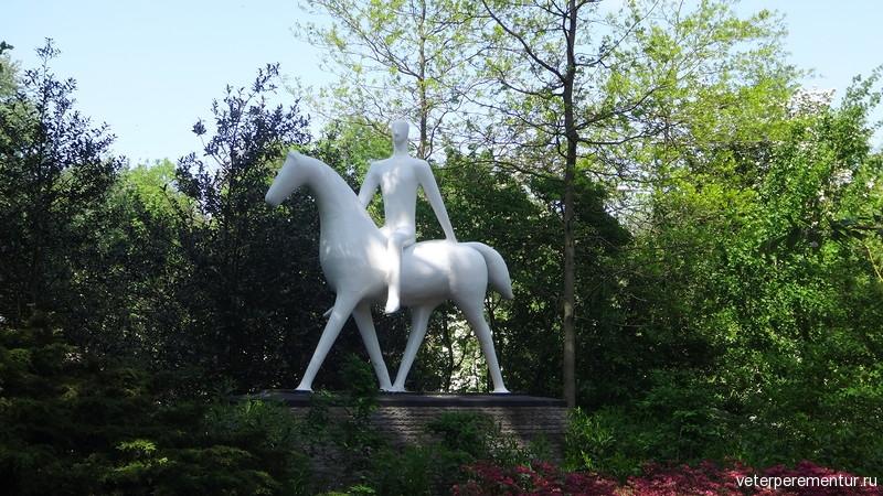 Скульптура человек на лошади