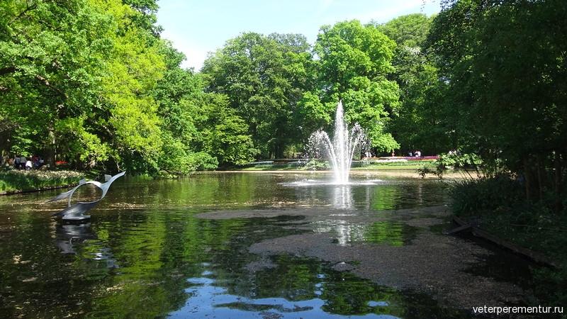 Парк цветов Keukenhof, озеро и фонтан