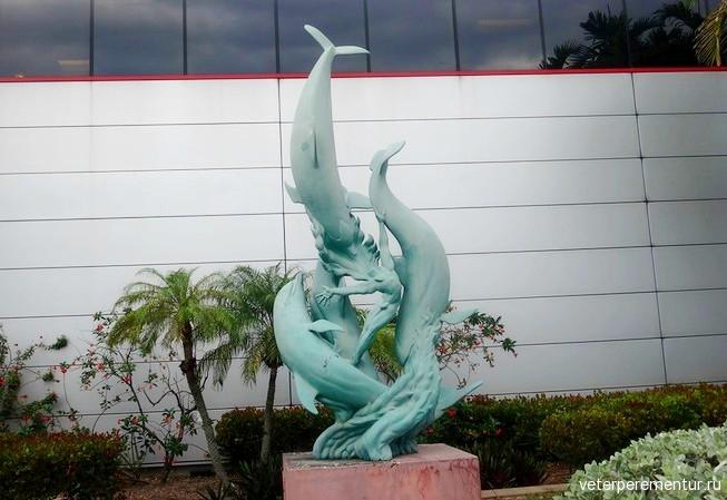 Скульптура с дельфинами