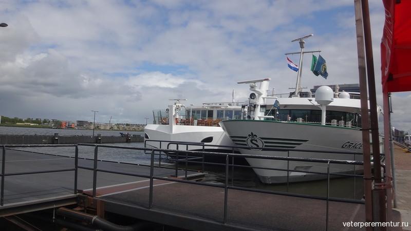 Речные корабли в порту Амстердама