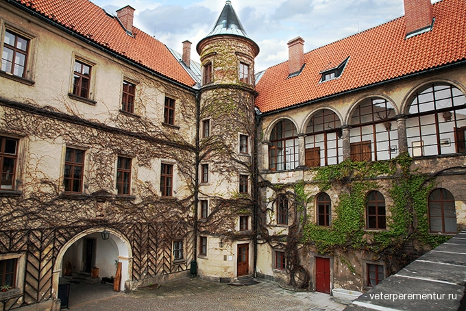 680-courtyard-castle-hruba-skala-czech