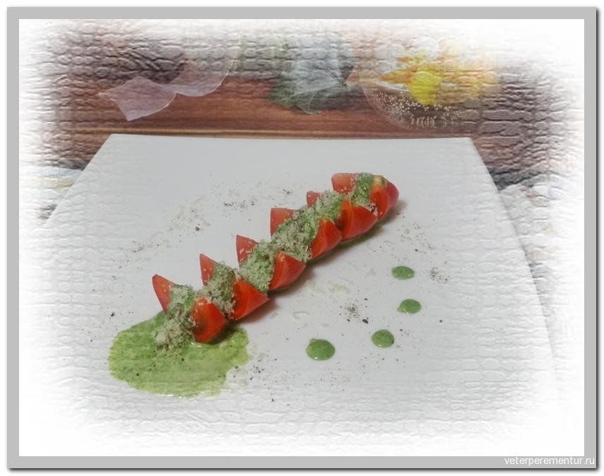 Помидоры и соус со шпинатом