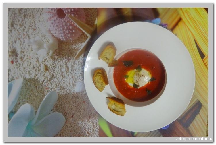 Томатный крем-суп с гренками и яйцом пашот Sopa de tomate e cebola