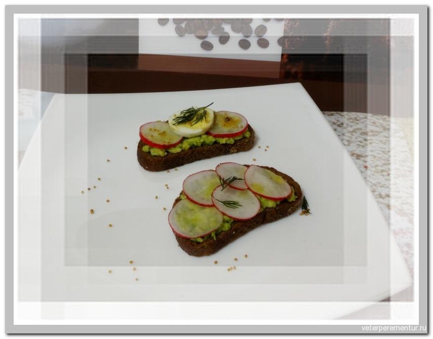 Тосты с авокадо и редисом