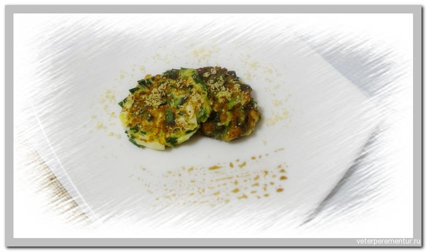 Оладьи с зеленым луком и вареным яйцом