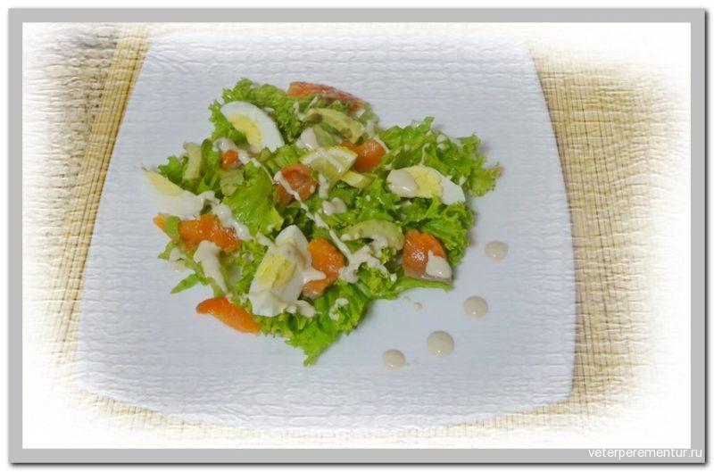 Салат с лососем, авокадо и яйцом