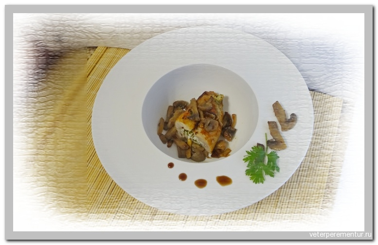 Куриное филе, фаршированное творогом, в грибном соусе