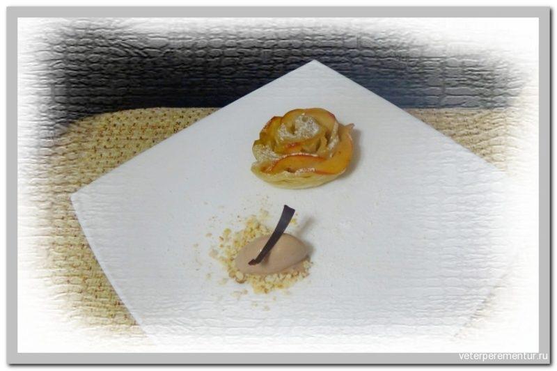 Розы из слоеного теста с яблоком