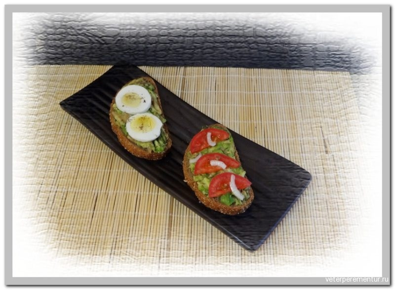 Бутерброд с авокадо и помидором