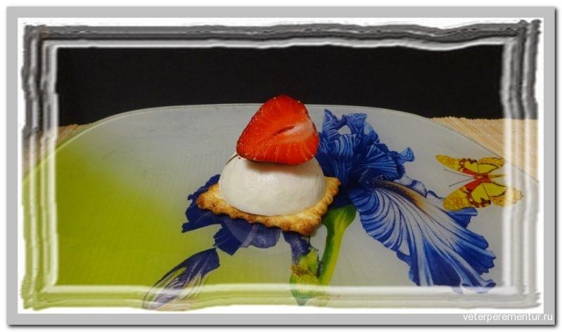 Пирожное с клубничным конфи