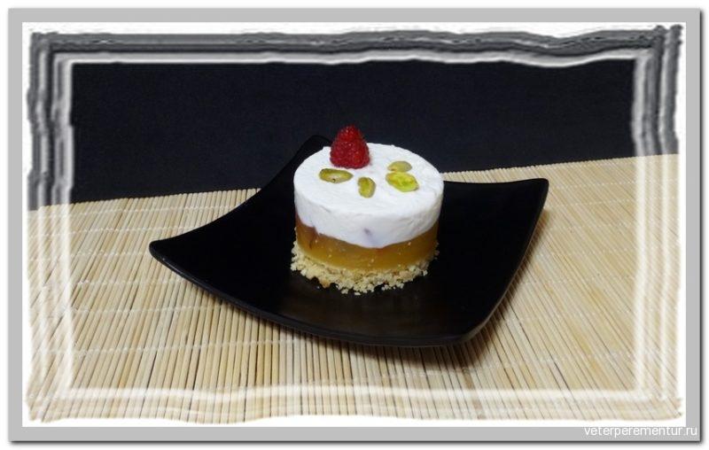 Трехслойное пирожное с персиком и малиной
