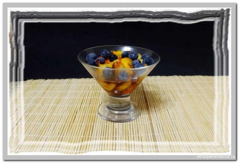 Фруктовый салат с персиками и голубикой