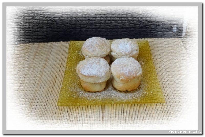 Пирог из слоеного теста с персиками