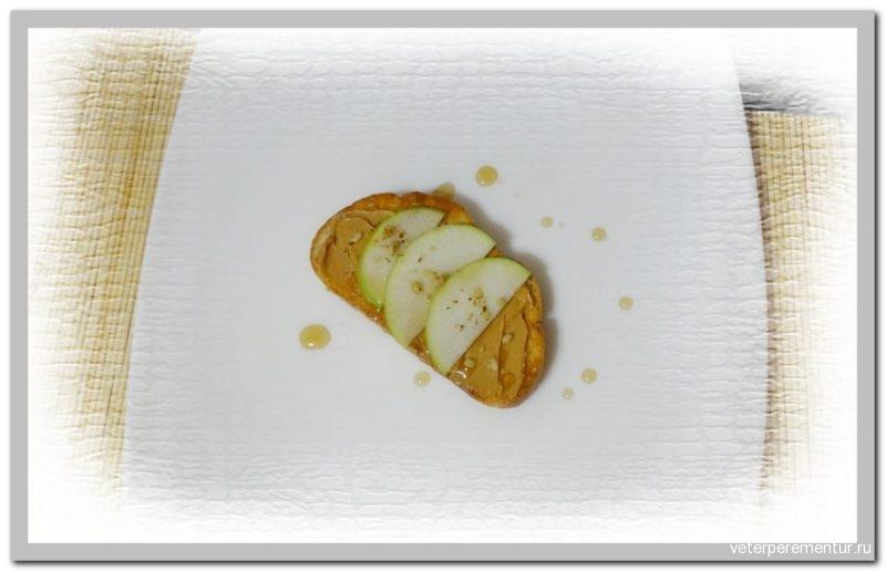 Бутерброд с арахисовой пастой и яблоко