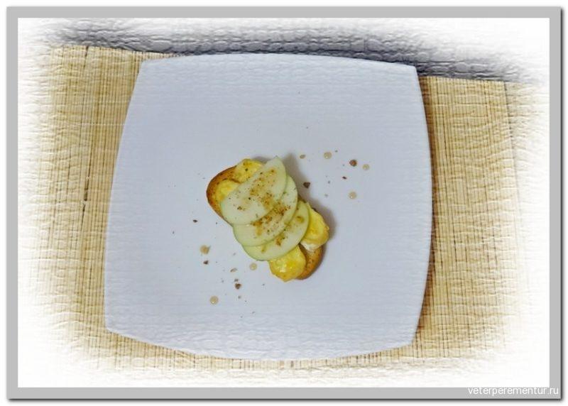 Горячий бутерброд с бри и яблоком