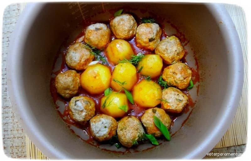 Мясные шарики с картошкой в соусе
