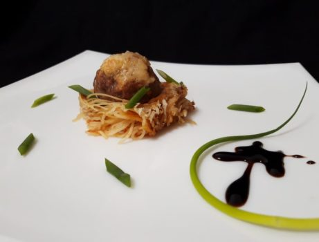 Фрикадельки в гнездах из спагетти
