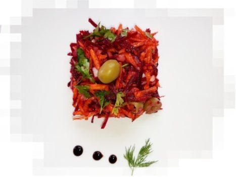 Салат из свежей свёклы с морковью и оливками