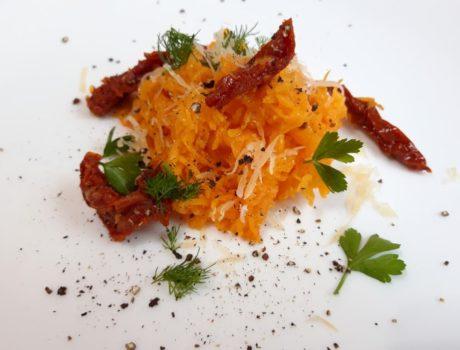 Спагетти-сквош с вялеными помидорами