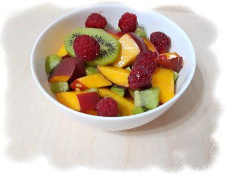 Фруктовый салат с персиком и киви