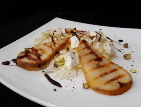 Рецепт Салат с грушей на гриле и сыром