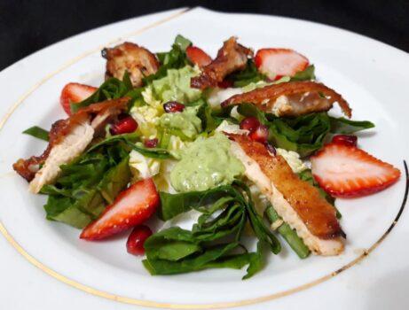 Салат с курицей и соусом из авокадо