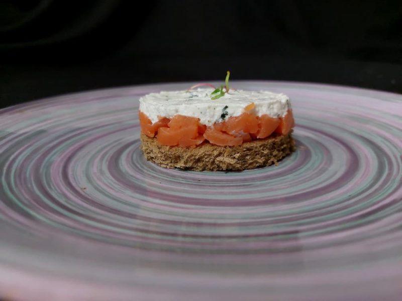 Тартар из лосося с творожным кремом