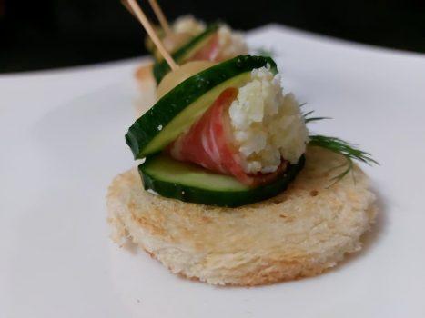 Рецепт Канапе с салями и сырным кремом
